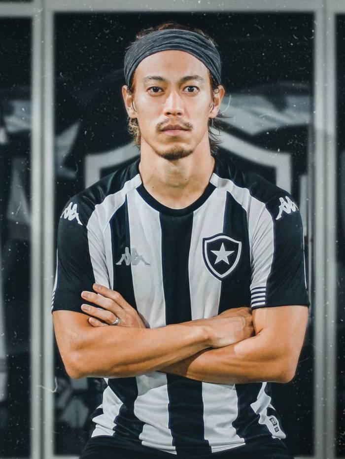 O meia Honda serviu de modelo para o novo uniforme do Botafogo
