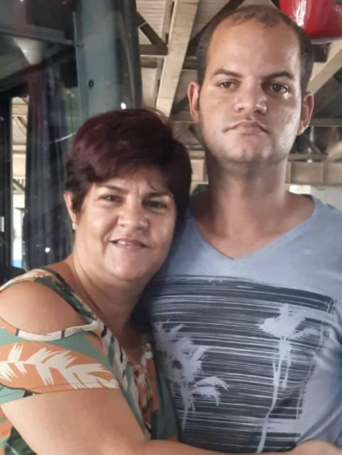 Luciano e a mãe durante reencontro no Rio de Janeiro