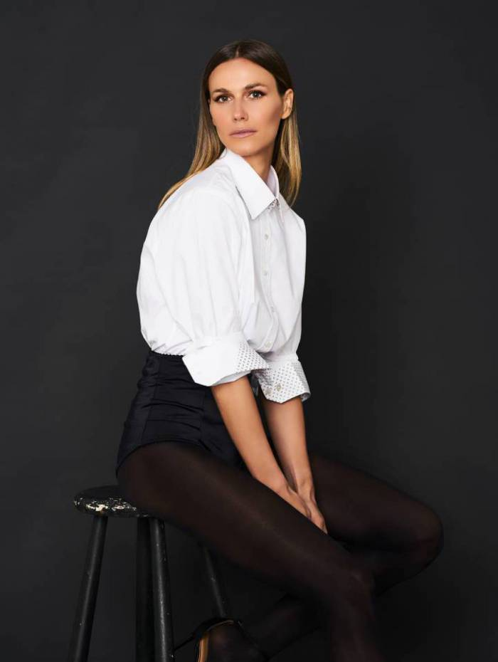 Renata Kuerten posa com look da coleção Plural