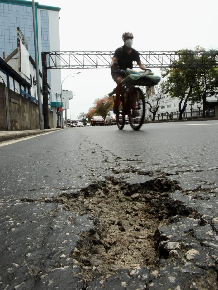 Na Avenida General Justo, próximo ao Museu Histórico Nacional, asfalto está escorregadio e com buracos