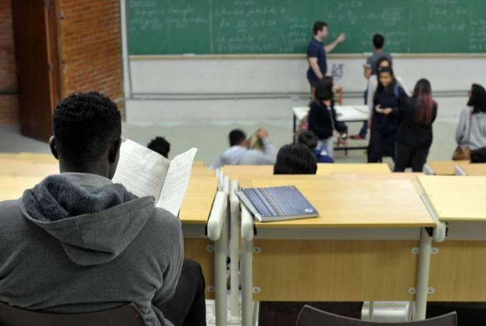 UnB foi a primeira universidade federal a adotar sistema de cotas raciais...UnB reserva vagas para negros desde o vestibular de 2004...Percentual de negros com diploma cresceu quase quatro vezes desde 2000, segundo IBGE