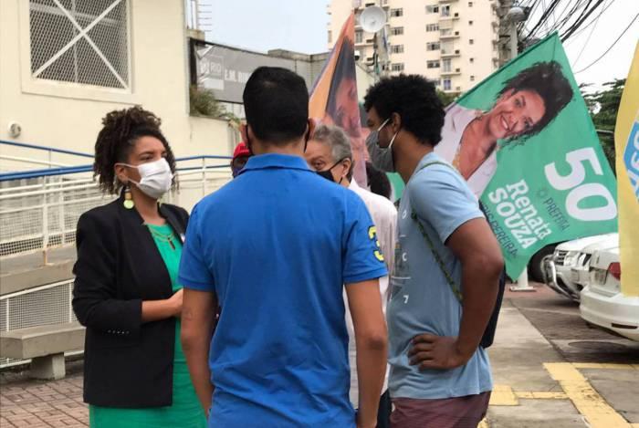 Candidata à Prefeitura do Rio pelo PSOL, Renata Souza, conversando com profissionais da saúde e moradores da Rocinha, Zona Sul do Rio