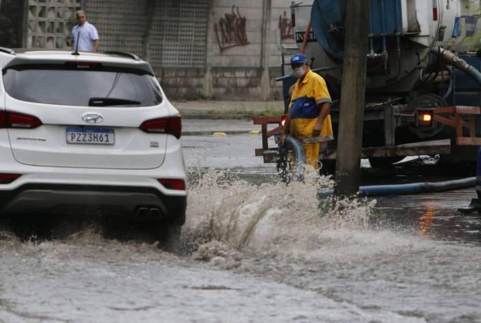 Estrada fica alagada após vazamento de água na Taquara