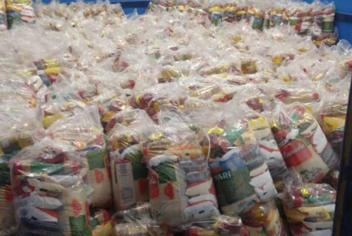 Foto das cestas básicas em Itaguaí: produtos voltam a ser distribuídos nas escolas e creches