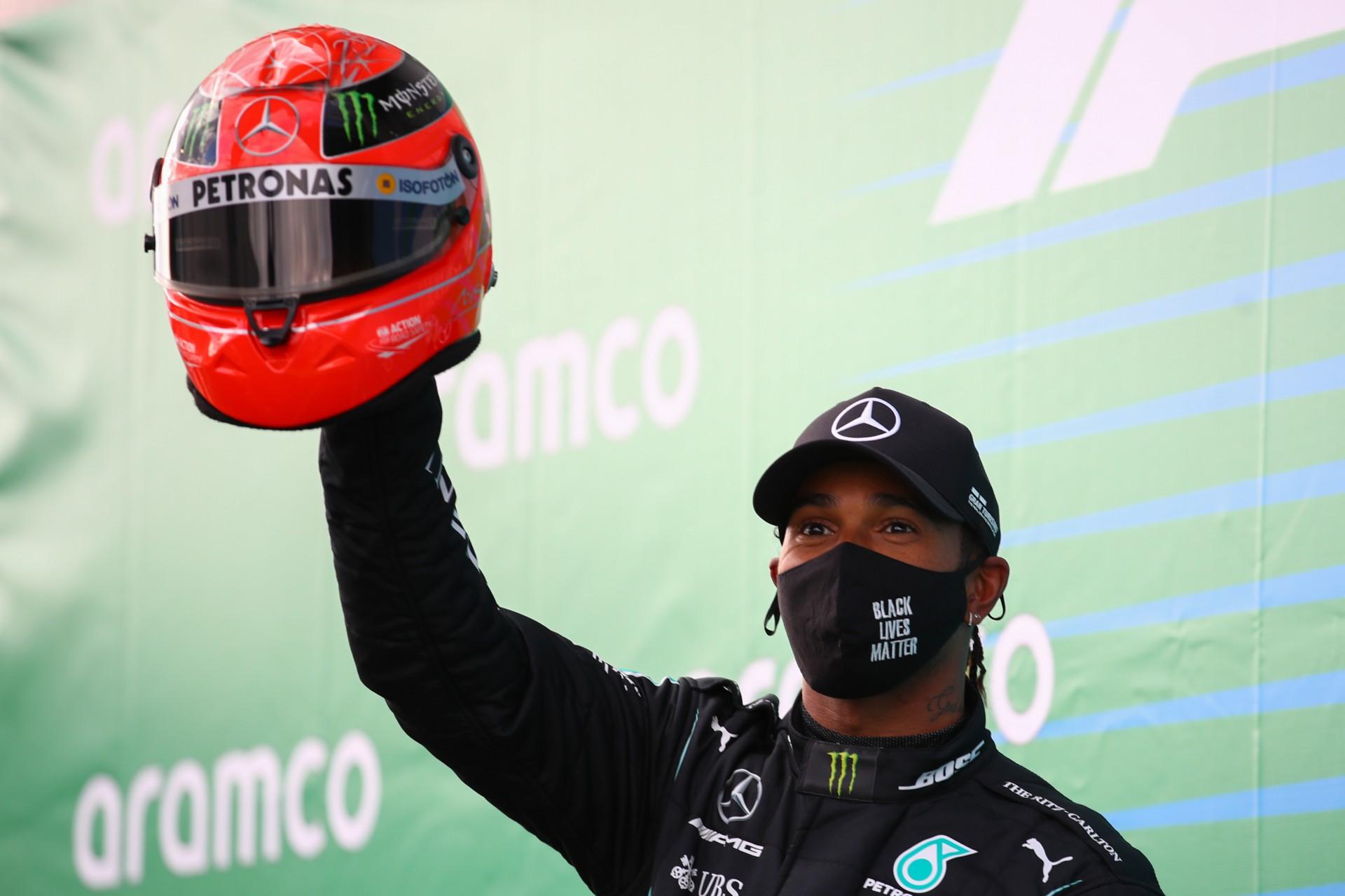 Lewis Hamilton revela sonho de pilotar a Ferrari: 'Isso aquece meu coração'