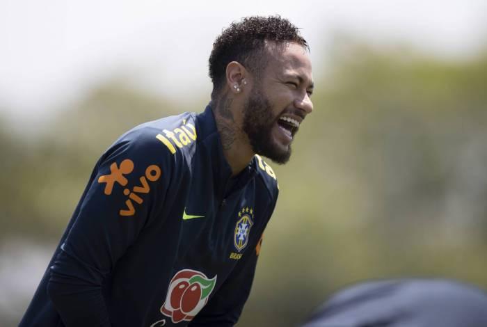 Destaque contra a Bolívia, Neymar se diverte em treino