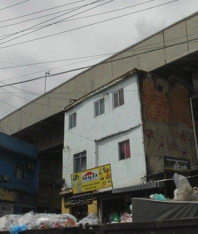 Casas construídas debaixo da linha do metrô na Av. Dom Hélder Câmara, no Jacaré