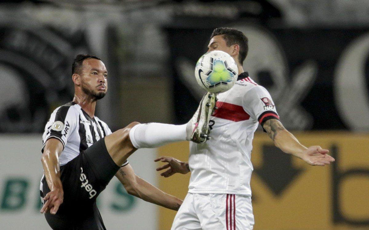 O goleiro Hugo Souza durante partida entre Atlético MG, e Flamengo, válido pelo Campeonato Brasileiro Série A, na cidade de Belo Horizonte, MG, neste domingo, 08.