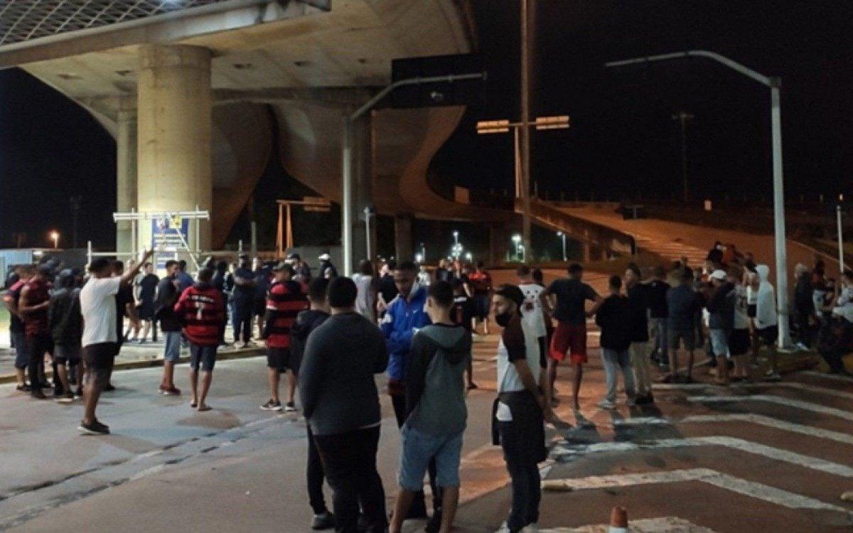 Torcedores do Flamengo vão ao Galeão protestar, mas delegação desembarca pelo terminal de cargas