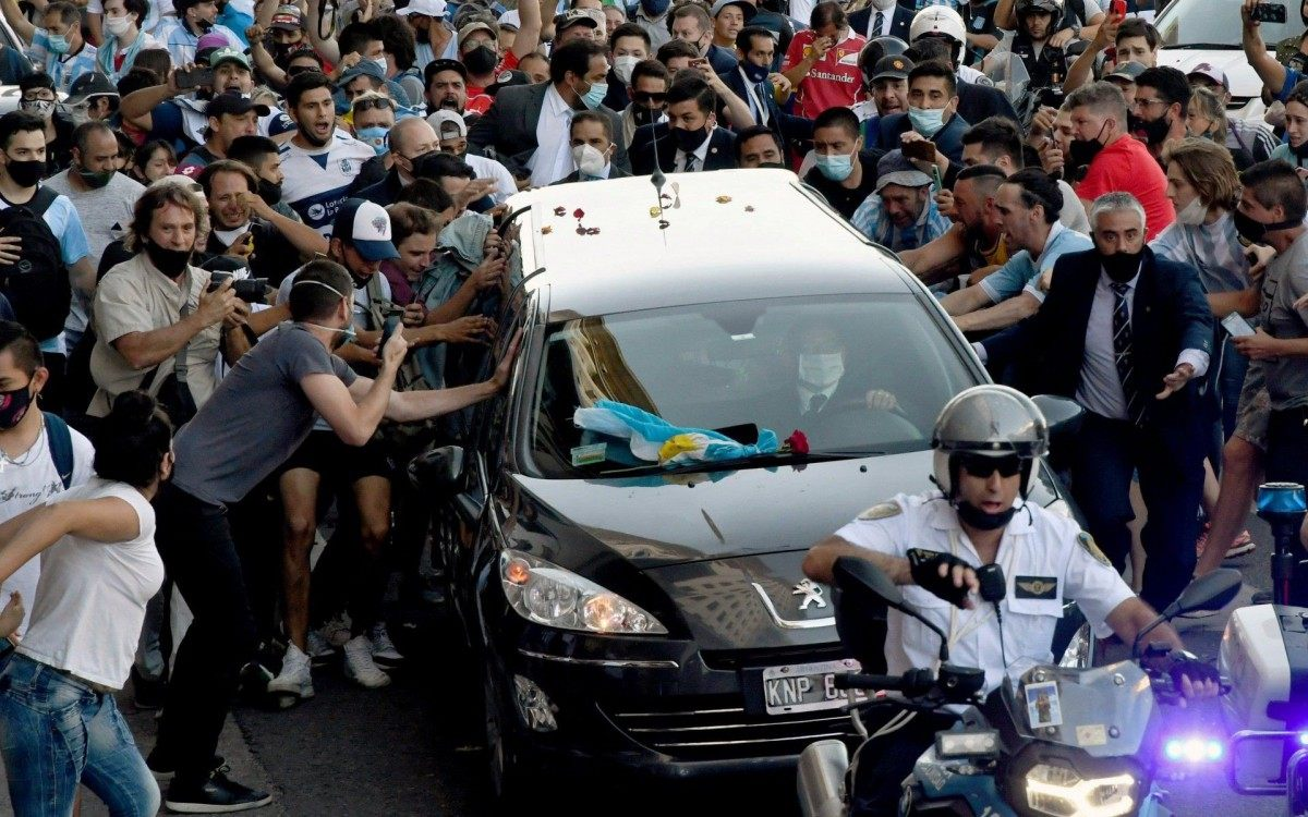 Cortejo de Diego Armando Maradona segue pelas ruas de Buenos Aires