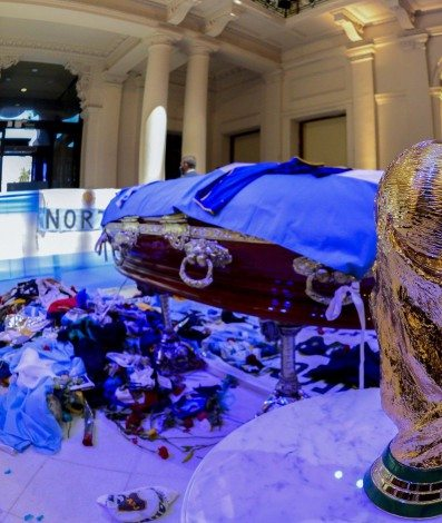 EDITORS NOTE: Graphic content / Handout photo released by Argentina's Presidency of players of the coffin of Argentine football legend Diego Maradona during his wake at the burning chapel of the Casa Rosada presidential palace in Buenos Aires on November 26, 2020. - Diego Maradona will be buried Thursday on the outskirts of Buenos Aires, a spokesman said. Maradona, who died of a heart attack Wednesday at the age of 60, will be laid to rest in the Jardin de Paz cemetery, where his parents were also buried, Sebastian Sanchi told AFP.