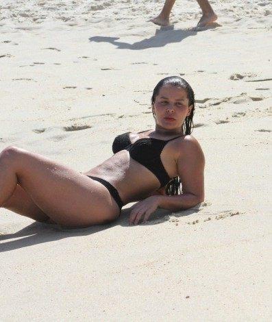 Sozinha, Maraisa curte praia na Zona Sul do Rio na tarde desta segunda-feira