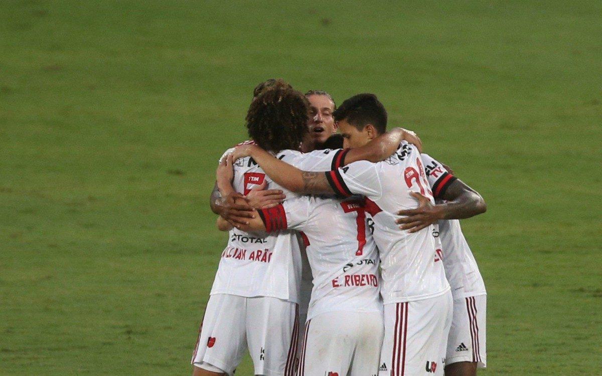 Everton Ribeiro comemora seu gol diante do Botafogo