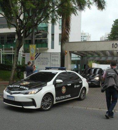O carro de Crivella, deixa o condomínio onde mora na Barra, escoltado por carros da Polícia Civil - Estefan Radovizs