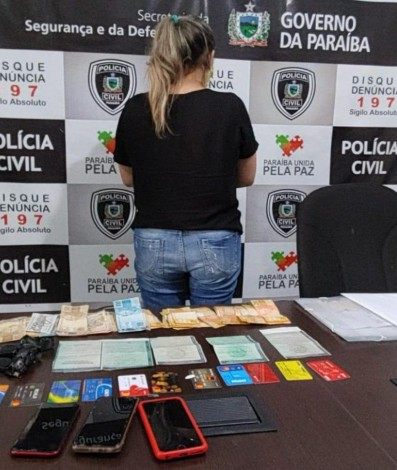 Mulher acusada de furtar residências de luxo na Barra da Tijuca é presa