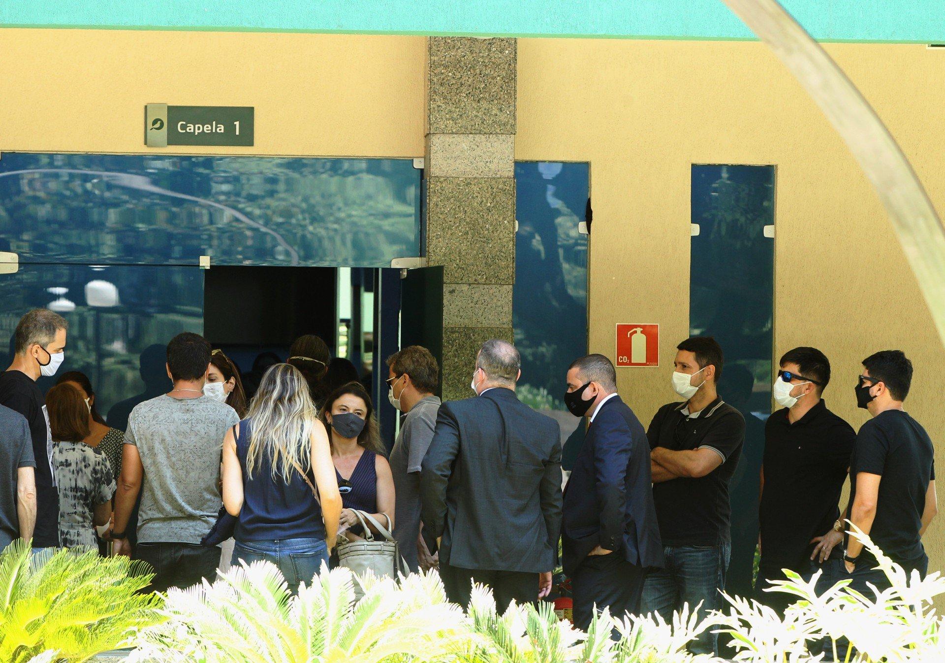 O corpo da Juíza Viviane Arronenzi foi cremado neste sábado no Cemitério da Penitência, no Caju. Parentes e amigos compareceram à cerimônia. - Estefan Radovicz / Agencia O Dia