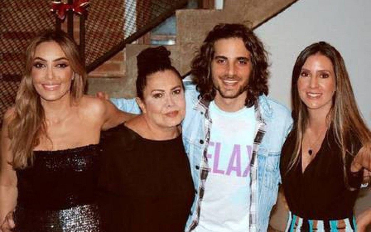 Fiuk com a mãe, Cristina Karthalian, e as duas irmãs: Krízia e Tainá - Reprodução Interner
