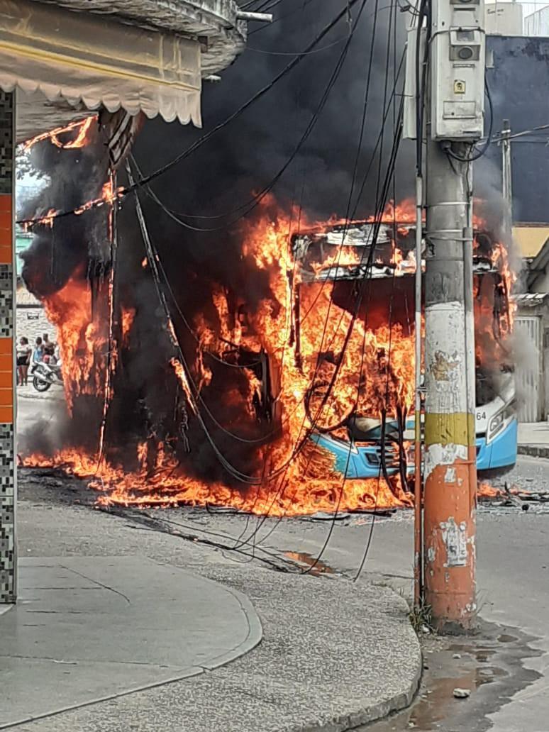 Moradores ateiam fogo em ônibus em protesto de meninos desaparecidos na Baixada
