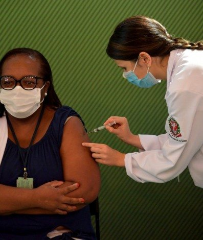 Nurse Monica Calazans is inoculated with the CoronaVac Sinovac Biotech's vaccine against COVID-19 coronavirus at Clinicas hospital in Sao Paulo, Brazil on January 17, 2021. - Brazil's Anvisa health regulator gave emergency approval on January 17, 2021 for its first two coronavirus vaccines as the country gears up to roll out a mass inoculation campaign amid a devastating second epidemic wave. It authorized AstraZeneca and Oxford University's Covishield shot as well as China's CoronaVac for use in the country where the Covid-19 death toll now exceeds 209,000, Anvisa announced. NELSON ALMEIDA/AFP
