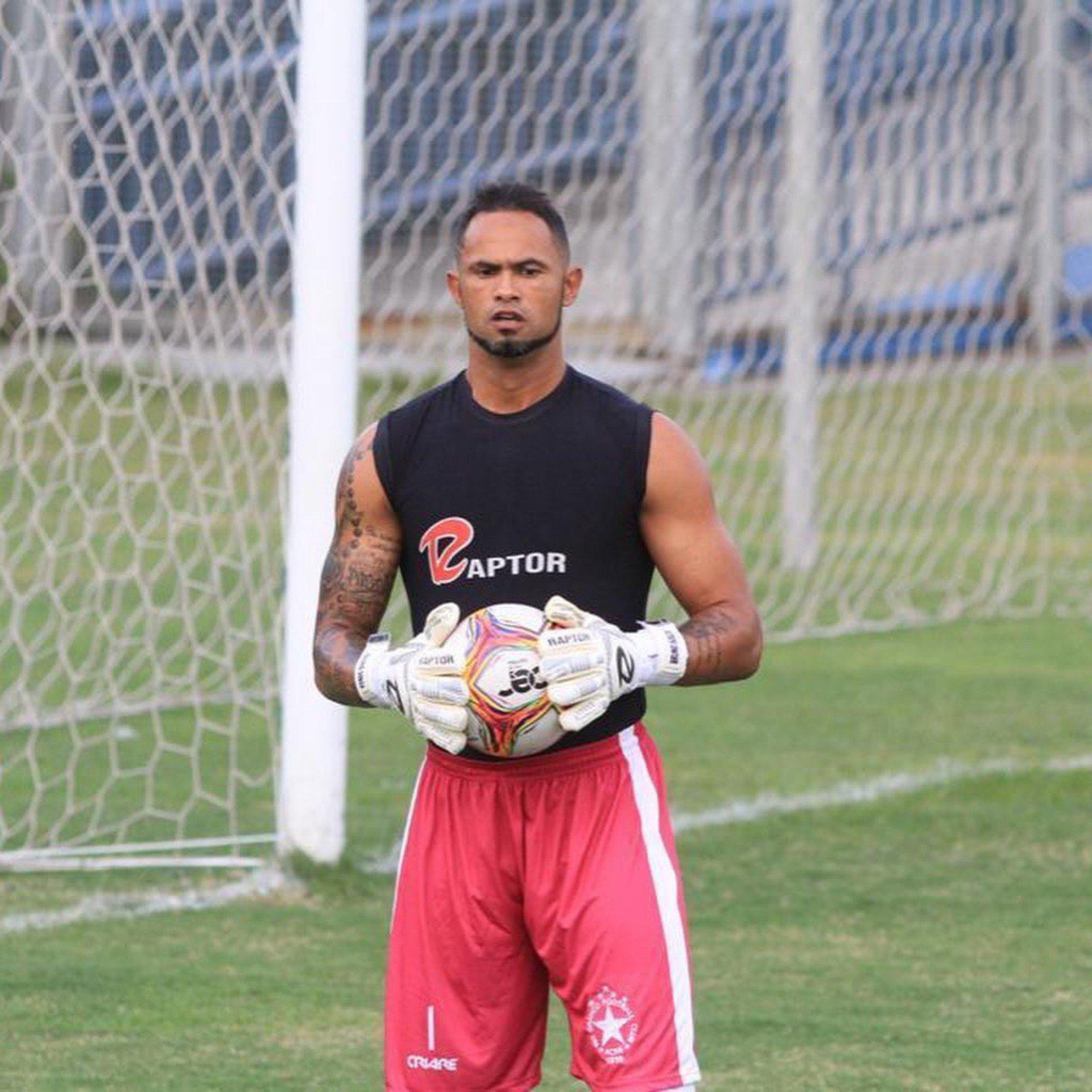 Ex-Flamengo, goleiro Bruno joga em nova posição e marca gol da vitória; veja vídeo