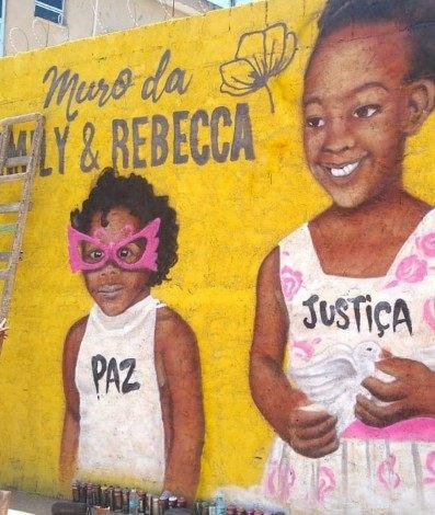 Rostos de Emily e Rebeca em muro grafitado