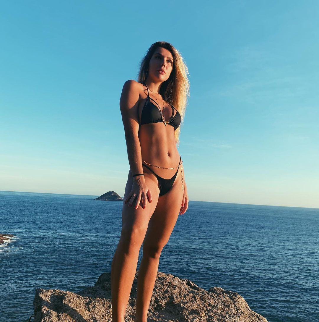 Carol Portaluppi sensualiza de biquíni na praia