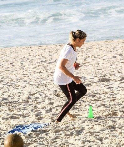Fernanda Gentil faz treino funcional na Praia da Barra da Tijuca, na manhã desta quarta-feira