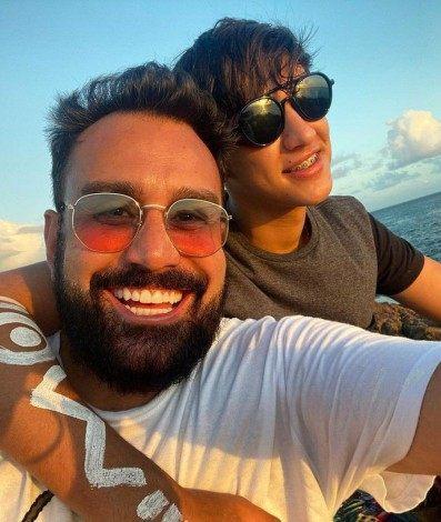 Fábio Ramalho, de 45 anos, posta foto com o namorado, João, de 19