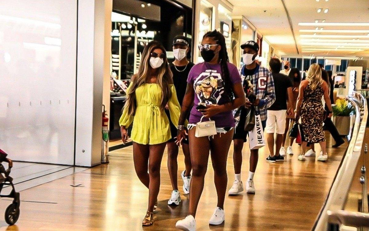 Brunna Gonçalves e Ludmilla passeiam em shopping na Barra da Tijuca, na Zona Oeste do Rio