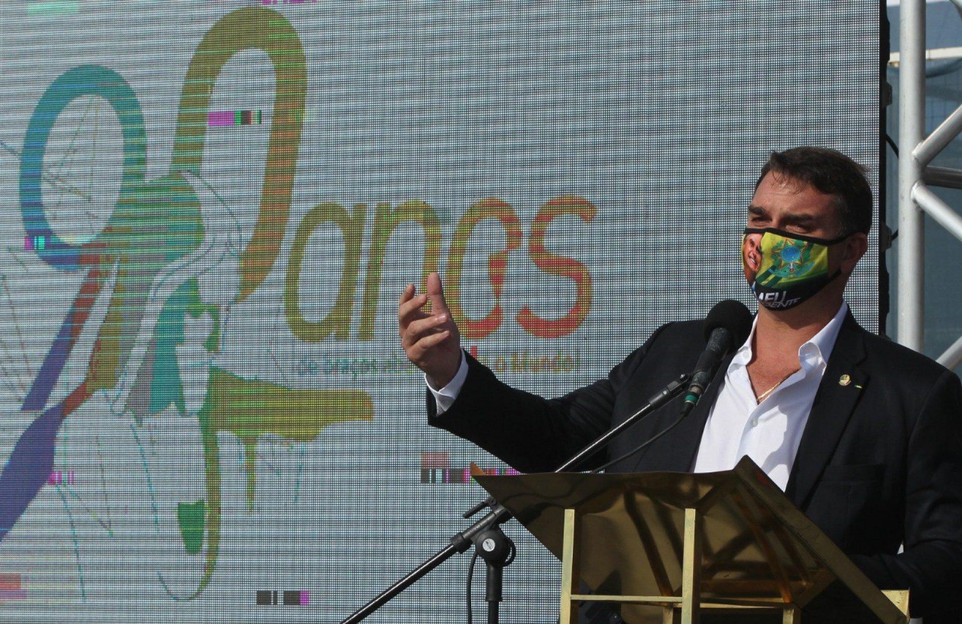Flávio Bolsonaro agradece Paes e Cláudio Castro por não terem feito lockdown: 'Isso é coisa de mau gestor'