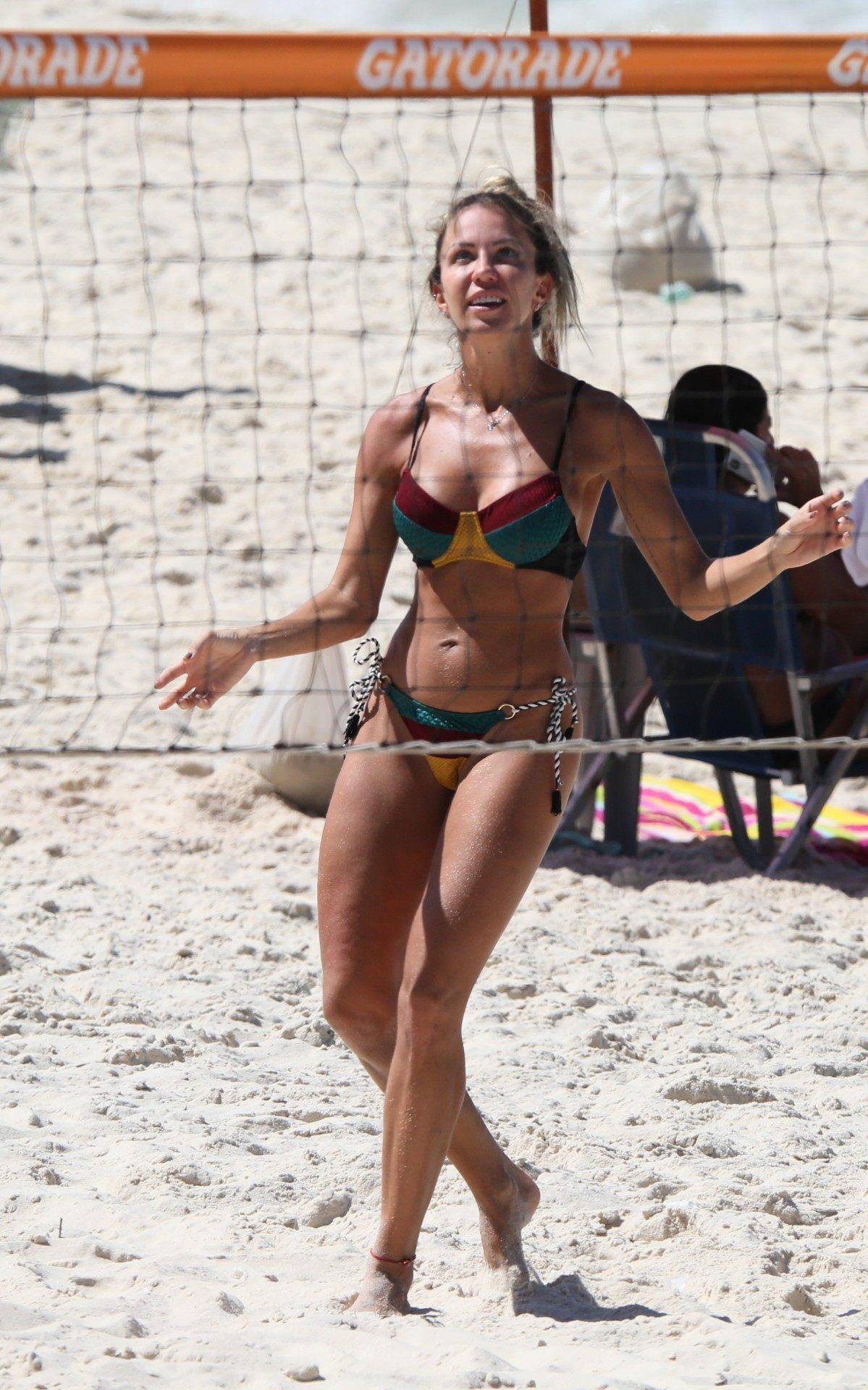 Bárbara Coelho joga bola com amigos na Praia da Barra da Tijuca, na Zona Oeste do Rio