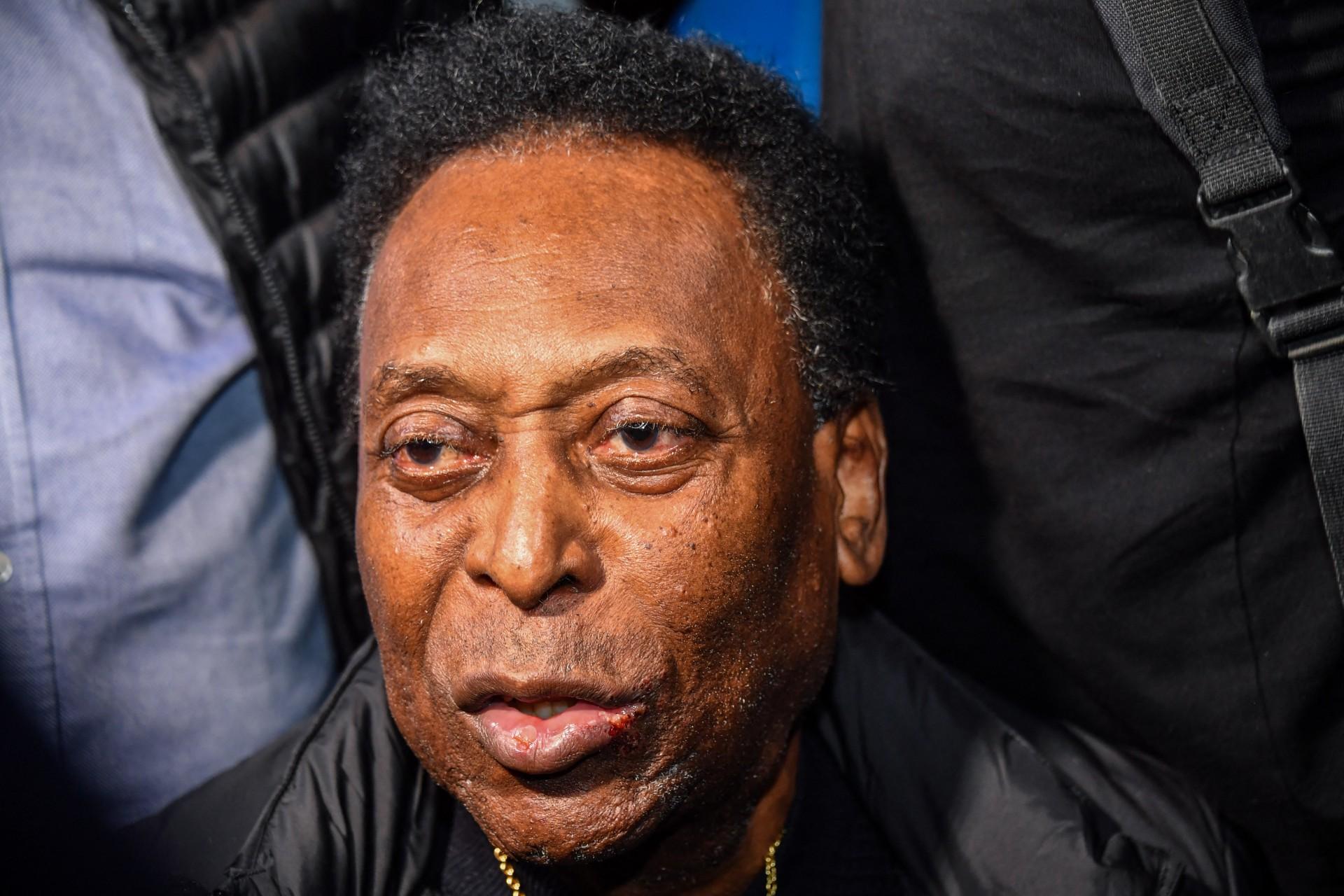 Em recuperação de cirurgia, Pelé diz estar bem e manda recado a Roberto Carlos