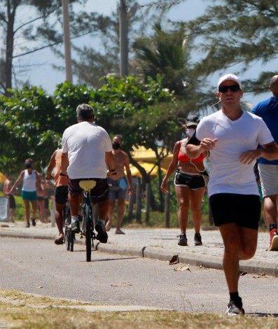 No calçadão, muitos ciclistas e pedestres não usavam máscara