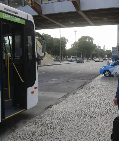 Geral - Usuarios enfrentam problemas com os onibus na cidade do Rio na manha de hoje. Na foto, Rodrigo Macedo. Esperava transporte na Cidade Nova, centro do Rio.