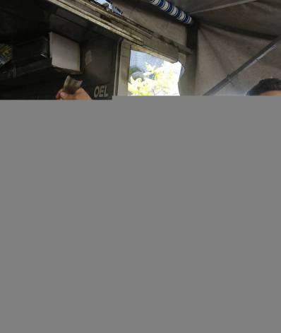 Geral - Comercio de pescados para a Semana Santa em feiras livres no Rio de Janeiro. Na foto, feira na Rua Oto de Alencar, no Maracana, zona norte do Rio. O zelador Antonio Lopes observa os peixes em exposição