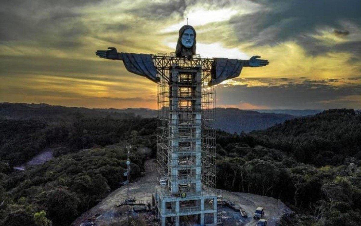 """A construção, erguida no Morro das Antenas, foi idealizada por um padre da cidade e busca """"transmitir a fé do povo de Encantado e promover o turismo na região"""""""