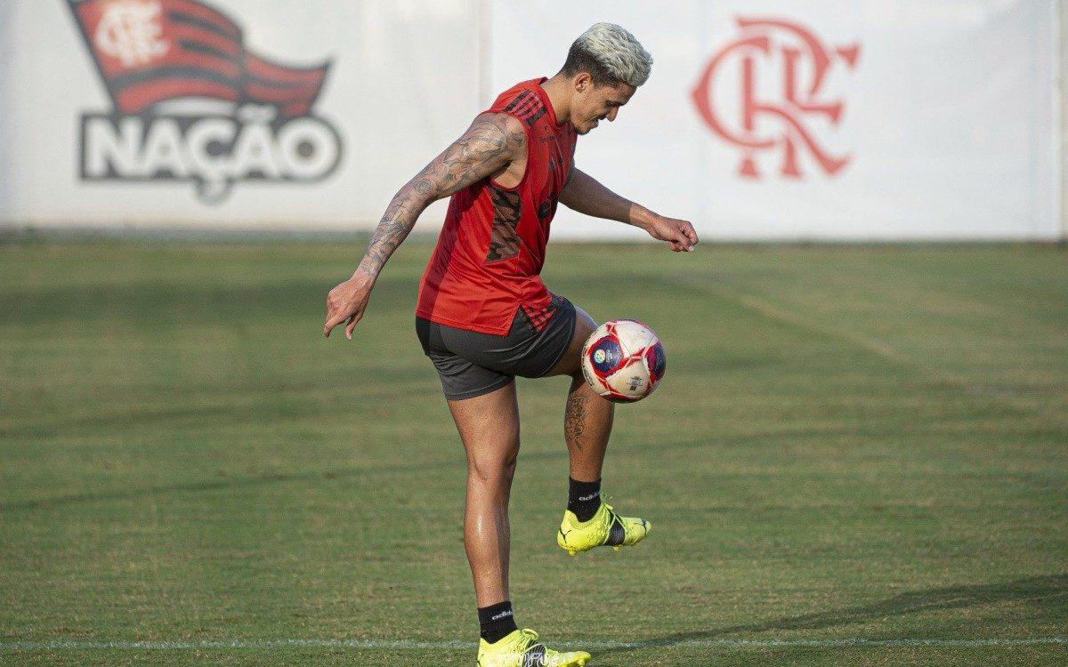 Pedro, atacante do Flamengo, treina no Ninho do Urubu