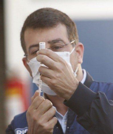 Secretário de Saúde do Rio, Daniel Soranz, aplicou as primeiras doses da vacina da Pfizer