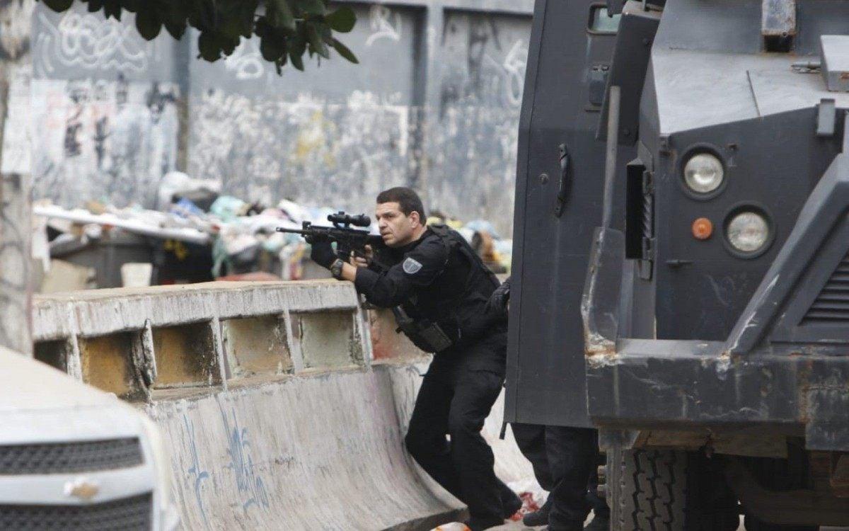 Operação da Polícia Civil no Jacarezinho tem policiais e passageiros do MetrôRio baleados