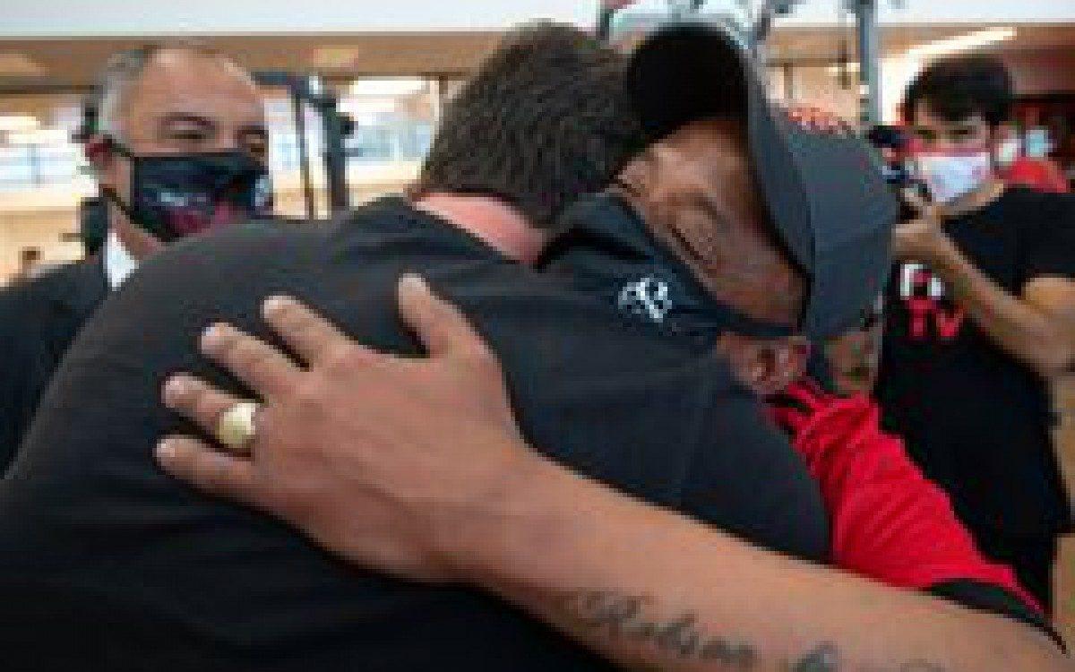 Após dois anos preso, motorista Róbson Nascimento visita o Flamengo