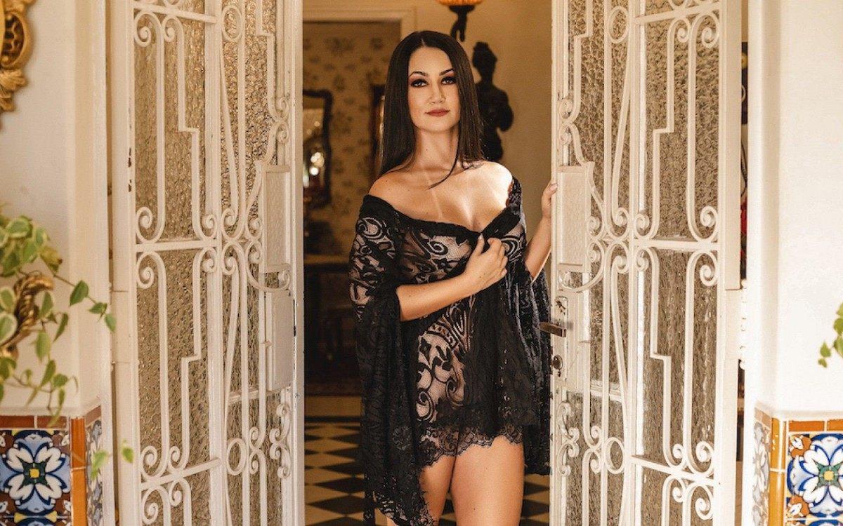 Maria D'Avila posa para ensaio sensual de lingerie