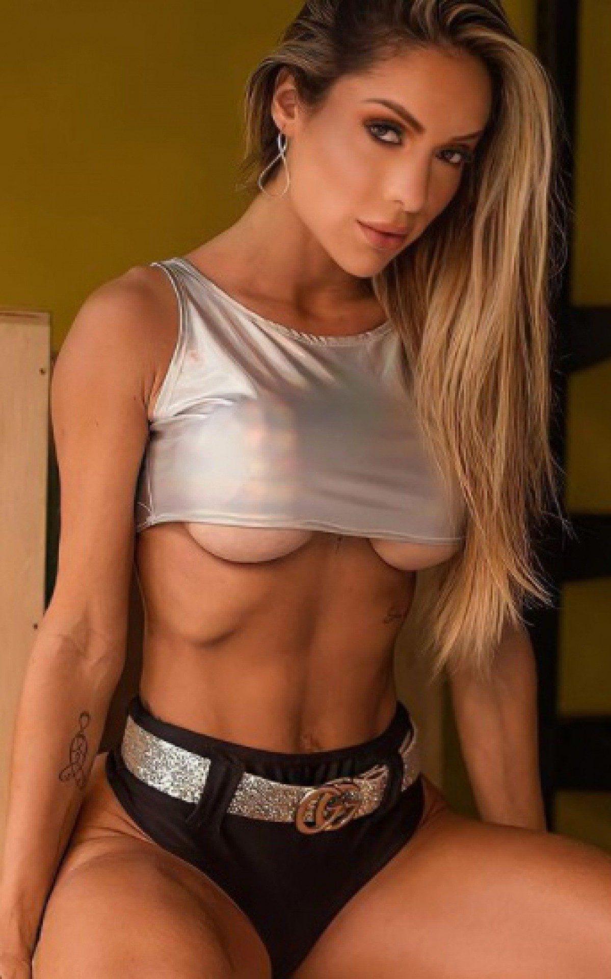 Tatiane Barbieri pratica muay thai e musculação