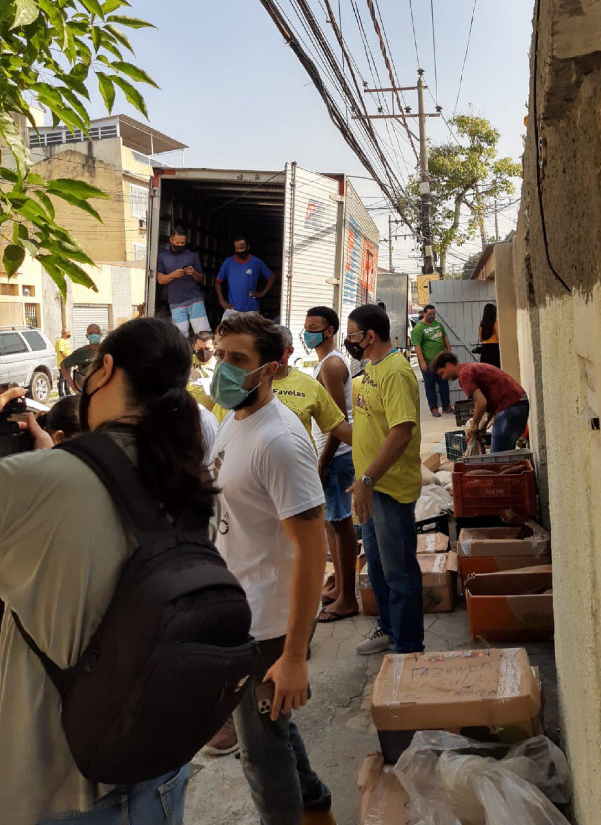 Rafael Cardoso doa caminhão de alimentos orgânicos cultivados em sua fazenda  - Jan Sen