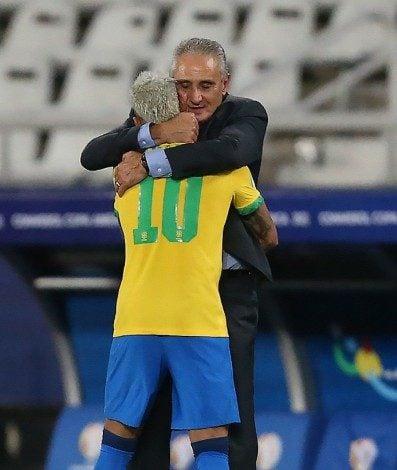 Tite dá aquele abraço em Neymar após meter gol de pênalti no Peru