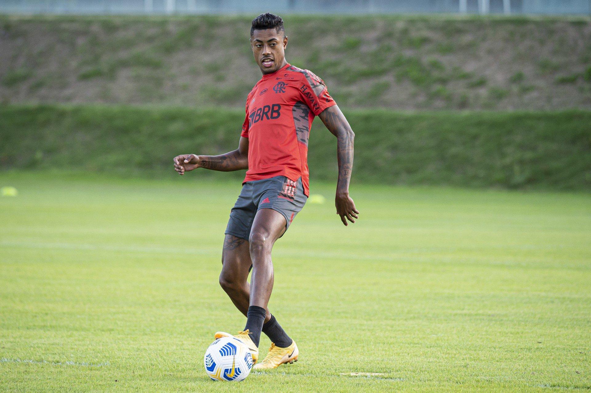 Bruno Henrique vai a campo, faz treino leve e segue como dúvida no Flamengo