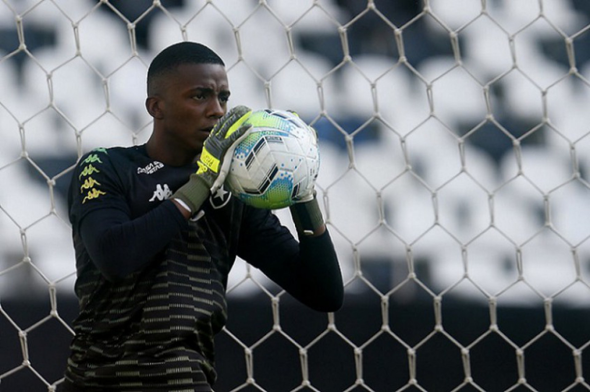 Ex-Botafogo, goleiro Andrew celebra estreia em Portugal e exalta Diego Loureiro: 'Peça fundamental'