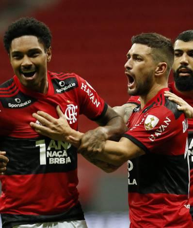 Vitinho festeja um de seus gols na vitória rubro-negra em Brasília