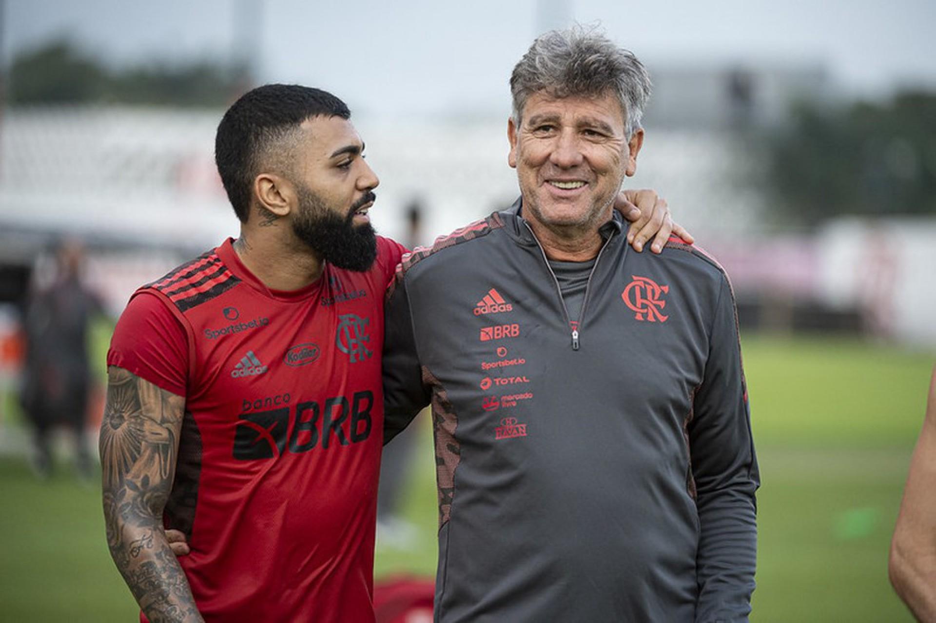 Apresentadora promete beijar os pés de comentarista caso o Palmeiras goleie o Flamengo