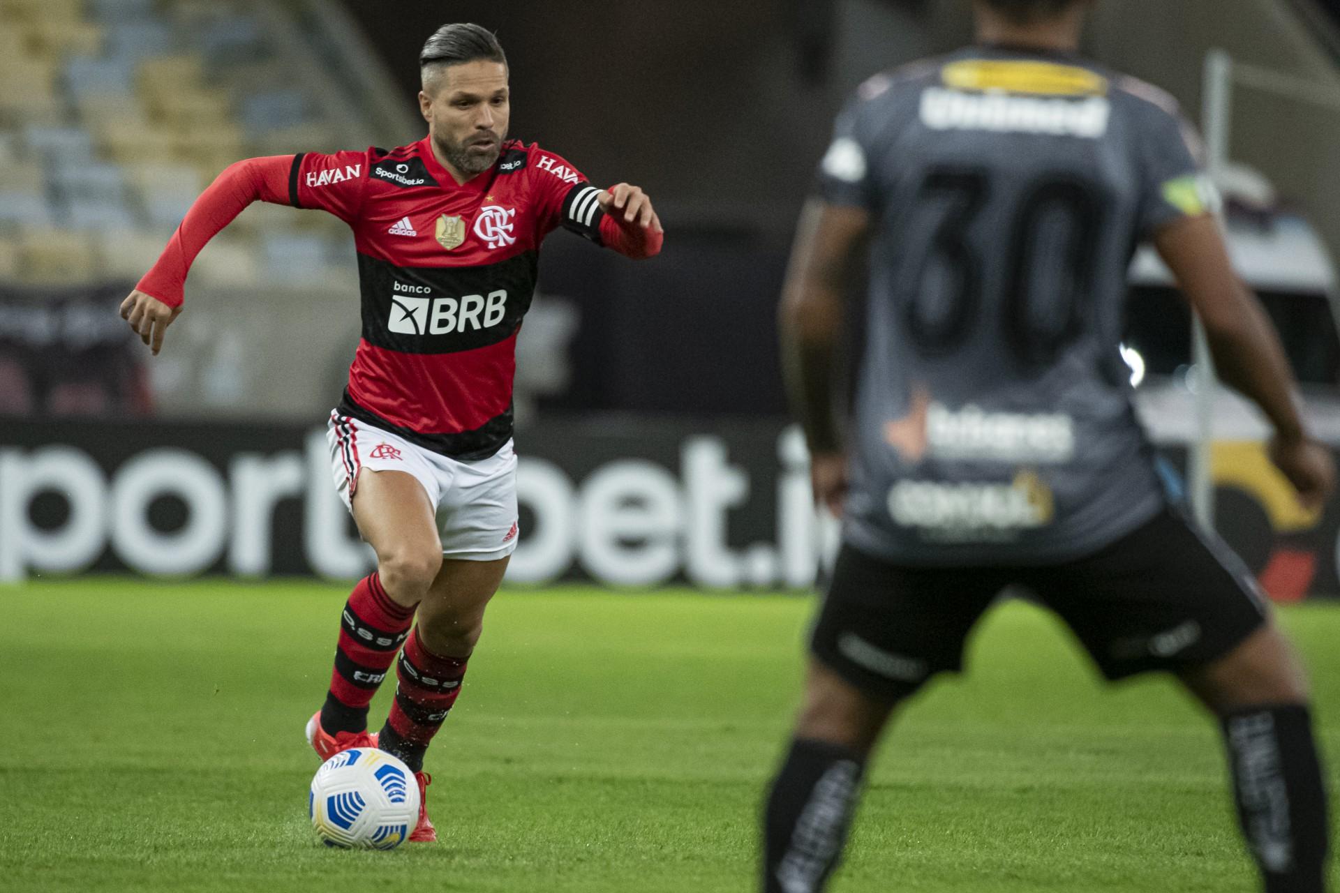 Com edema na panturrilha direita, Diego desfalca o Flamengo contra o Palmeiras