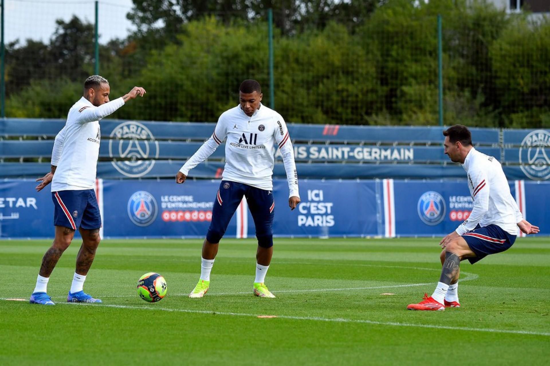 Messi, Neymar e Mbappé estarão entre os relacionados para jogo do PSG
